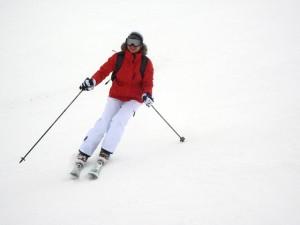 Packliste Skiurlaub Abfahrt Skifahrer