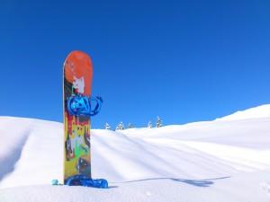 Winterurlaub: Snowboard auf dem Berg