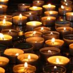 Checkliste Todesfall: Kerzen bei der Trauerfeier