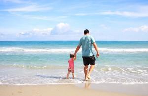 Packliste Sommerurlaub - Famile am Strand