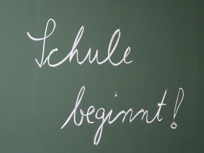 Schule beginnt auf Tafel geschrieben